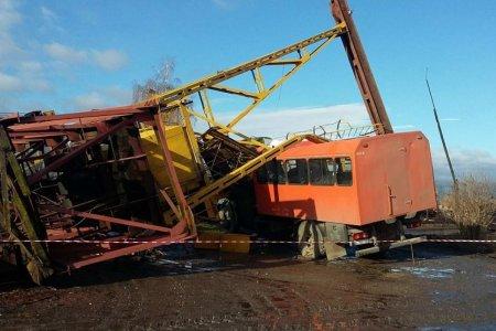 На Івано-Франківщині величезний кран впав на авто, загинули 2 людей (ФОТО)