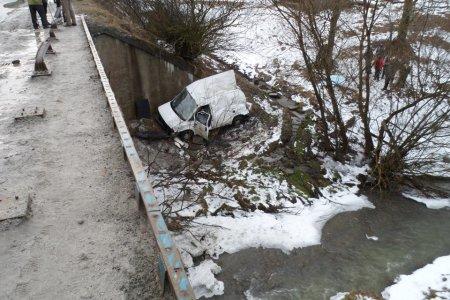 На трасі Київ-Чоп автомобіль злетів з моста в річку (ФОТО)