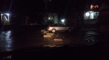В Берегові бетонні клумби калічать автомобілі (ФОТО)