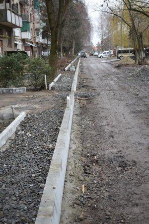 Мер Берегова особисто контролює ремонтні роботи по облаштуванню одного з двору міста  (фото)