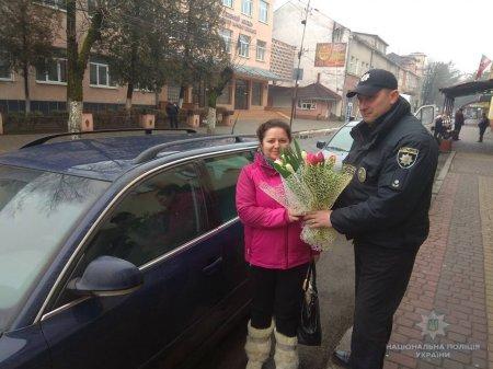 Закарпатські поліцейські вітають жінок-водіїв зі святом весни