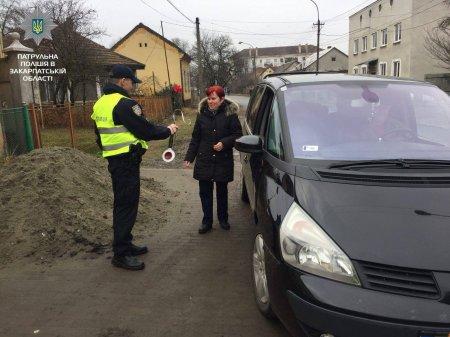 На Закарпатті працівники патрульної поліції зупиняли жінок-водіїв та вітали зі святом (ФОТО)