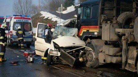 Прямо під колеса вантажівки: У Польщі автобус з українцями потрапив у жахливу ДТП, є загиблі