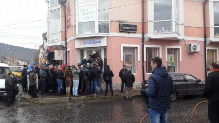 На Закарпатті людей спеціально технікою закликають їхати працювати за кордоном (фото)