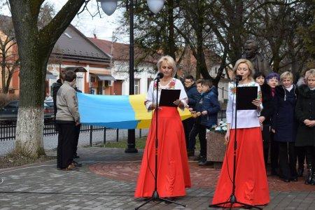 У рамках Шевченківських днів біля пам'ятника Кобзареві в Берегові проведено урочистий мітинг (фото)