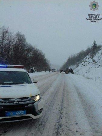 Утворився кілометровий затор: На Закарпатті під час сильного снігопаду застряг великогабаритний транспорт