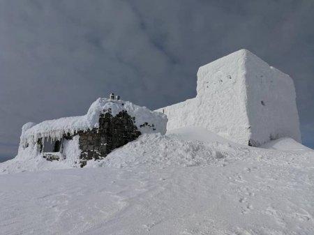 На вершині гори Піп Іван обсерваторію засипало двометровим снігом (ФОТО)