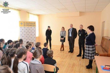 Сьогодні заступник консула Угорщини спільно з головним патрульним Ужгорода завітали в школу (фото)