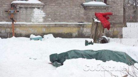 Бракує грошей поховати: У дворі житлового будинку вже тиждень стоїть труна з тілом небіжчиці