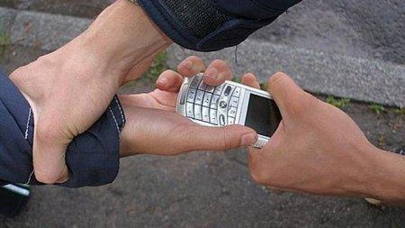 Крадуть телефони: Поліція Закарпаття за добу розкрила по грабежу в Мукачеві та на Рахівщині