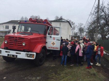 Закарпатські рятувальники продовжують навчати дорослих і малих основним правилам безпеки життєдіяльності
