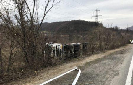 На Закарпатті перекинулася вантажівка з небезпечним вантажем