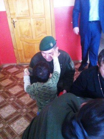Закарпатські прикордонники завітали у гості до дітей-сиріт із подарунками (ФОТО)