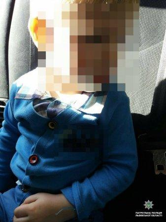 2-річний хлопчик годину ходив містом босий, а п'яна мати розважалася вдома