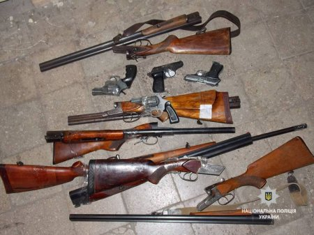 Закарпатці принесли в поліцію 5 гладкоствольних рушниць