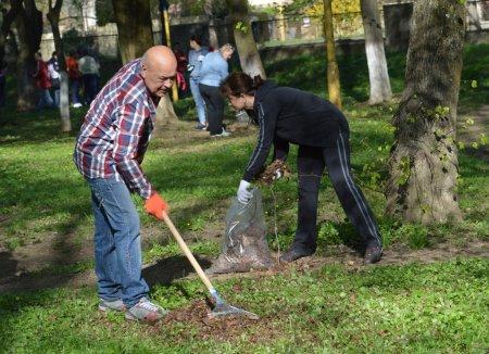 Держслужбовці на чолі з Генадієм Москаль, в джинсах і кросівках, вийшли прибирати парки і сквери (ФОТО)