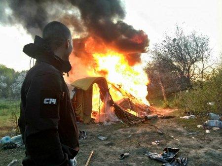 Націоналісти перекрили закарпатським циганам дорогу на Київ спалюючи їх табори (фото)