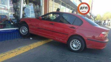 Курйозна ДТП: дівчина не змогла загальмувати через підбори і влетіла в магазин