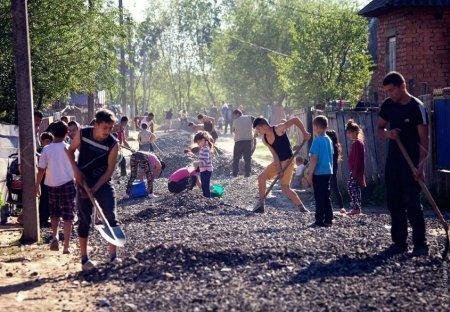 На Закарпатті цигани за 2 дні перетворили кілометр суцільного болота на дорогу (фото)