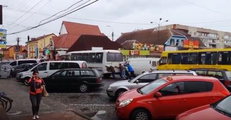 На Закарпатті, щоб поїхати додому треба підштовхнути автобус (відео)