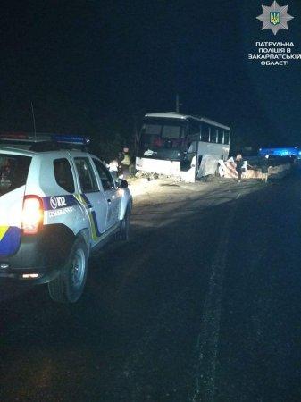 Водій не впорався із керуванням: автобус із пасажирами заїхав у обгороджені вибоїни, є постраждалі (ФОТО)