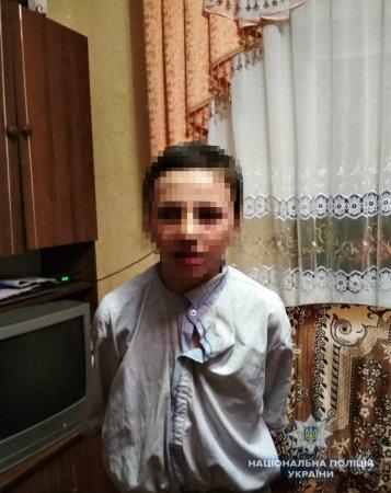 Закарпатські поліцейські повернули батькам дитину, яка впала до ями у старій альтанці