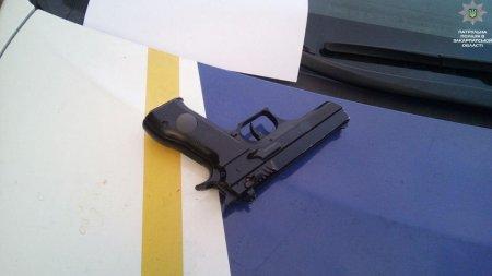 Закарпатські патрульні затримали чоловіка зі зброєю (фото)