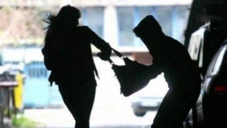Невідома особа вирвала у закарпатки сумку з документами та телефоном
