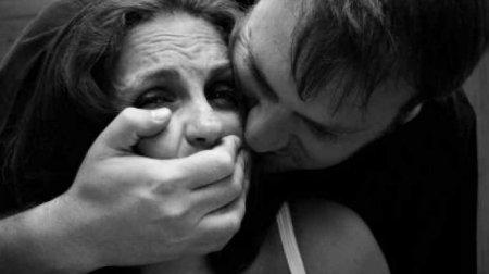 Ліг на одному дивані разом з ними, а потім чоловік зґвалтував дружину друга, поки той спав поряд