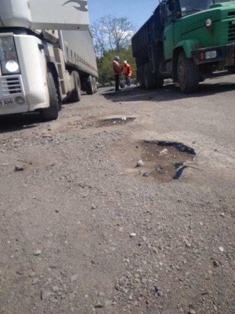Шокуючі фото ямкового ремонту автомобільної дороги Велика Копаня – Виноградово