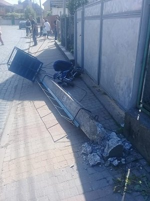 На Закарпатті трагічно загинула 3-річна дитина - на дитину з мамою впав електростовп (фото)