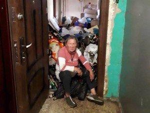 Сусіди в шоці: Ужгородка перетворила квартиру на сміттєзвалище (ФОТО)