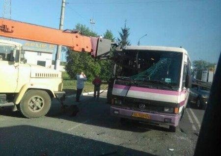 Стріла будівельного крана наскрізь прошила автобус ( ФОТО,ВІДЕО)