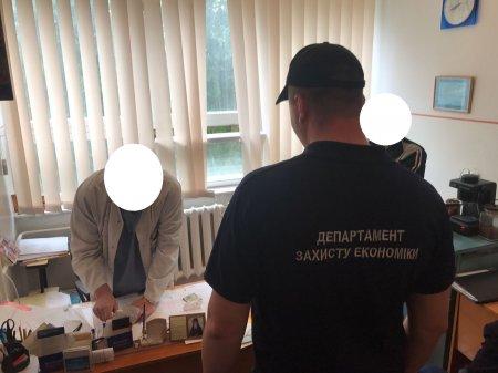 Лікара хабарника, якого впіймали на взятці в 400 дол, взяли під варту