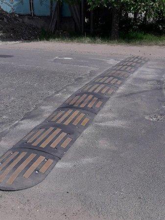 В Берегові облаштовують дороги лежачими поліцейськими (фото)
