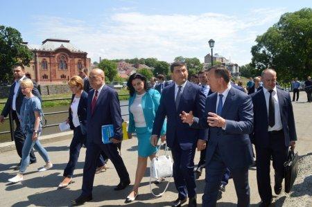 На Закарпатті прем'єр-міністр спілкувався на вулиці з перехожими, проконтролював ремонт міжнародної траси й пообіцяв бізнесу кращий інвестиційний клімат (ФОТО)