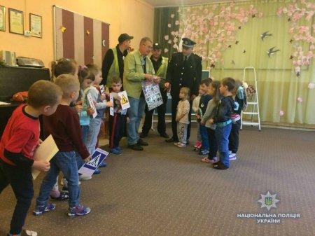 На Закарпатті поліція з дітьми інтерактивно вивчає правила дорожнього руху (ФОТО)