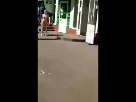 """З """"Приватбанку"""" жінка вийшла повністю голою (Відео 18+)"""