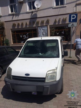 Водії нахабно паркували авто на місці для інвалідів (ФОТО)