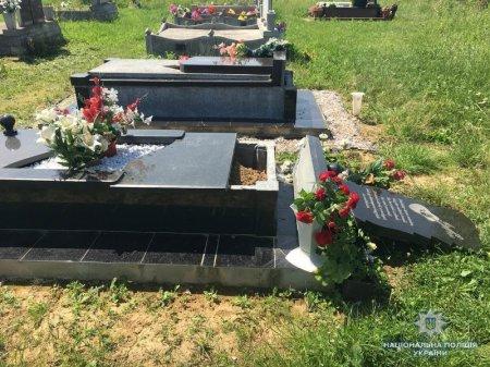 Поліція Мукачівщини затримала вандала, який пошкодив пам'ятники на кладовищі (ФОТО)