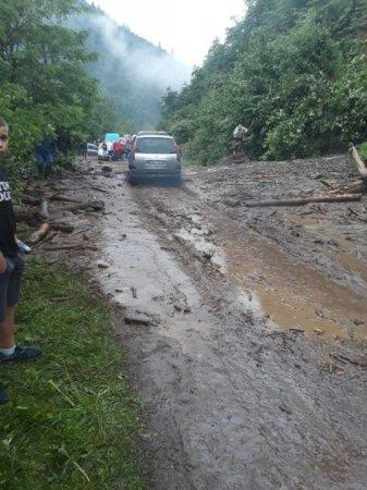 На Закарпатті зсув ґрунту перекрив трасу «Мукачево – Рогатин» (ФОТО)