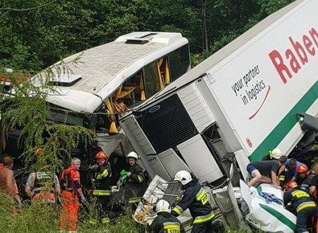 Моторошна ДТП у Польщі: Автобус з дітьми на високій швидкості влетів у вантажівку, постраждало понад 40 осіб (ФОТО)
