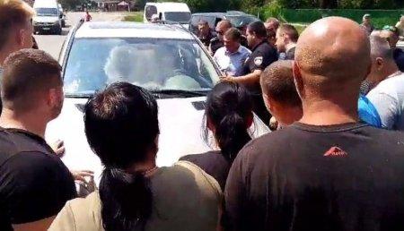 """На Закарпатті водій на """"Mercedes"""" наїхав на пішохода - люди ледь не вчинили самосуд"""