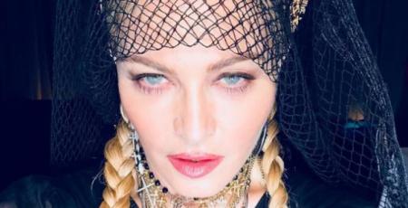 Легендарна співачка Мадонна приголомшила своїх шанувальників заявою, що вона стане нареченою.