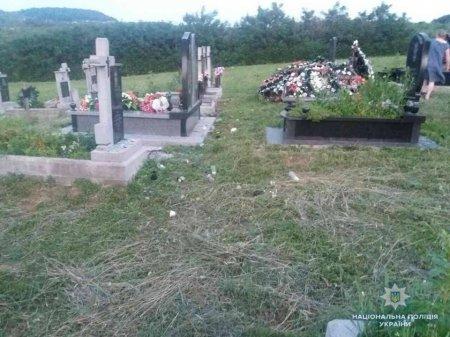 Поліцейські Мукачівщини з'ясовують обставини пошкодження могил