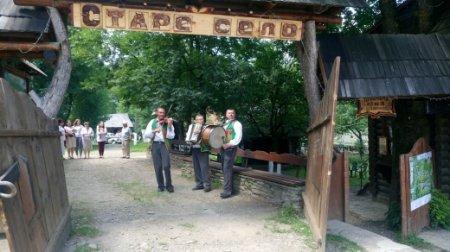 У Колочаві Москаль частував туристів власноруч приготованою ріплянкою