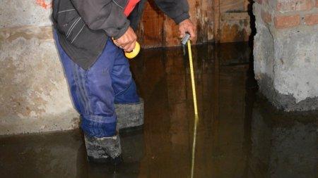 Через стару трубу в підвалі будинку, в центрі Мукачева, потоп