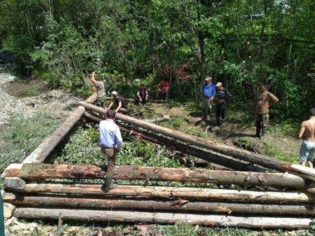 На Тячівщині люди самотужки, не чекаючи поки держава щось допоможе, займаються берегоукріпленням (Фото)