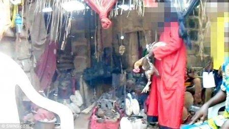 """""""Пили кров і їли серця курчат, яких вбивали голіруч"""": Жінка змушувала дівчат проходити жахливий ритуал, а потім…"""
