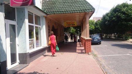 Бізнес по-новому закарпатці закривають ресторани, кафе та відкривають магазини вживаного європейського одягу (фото)